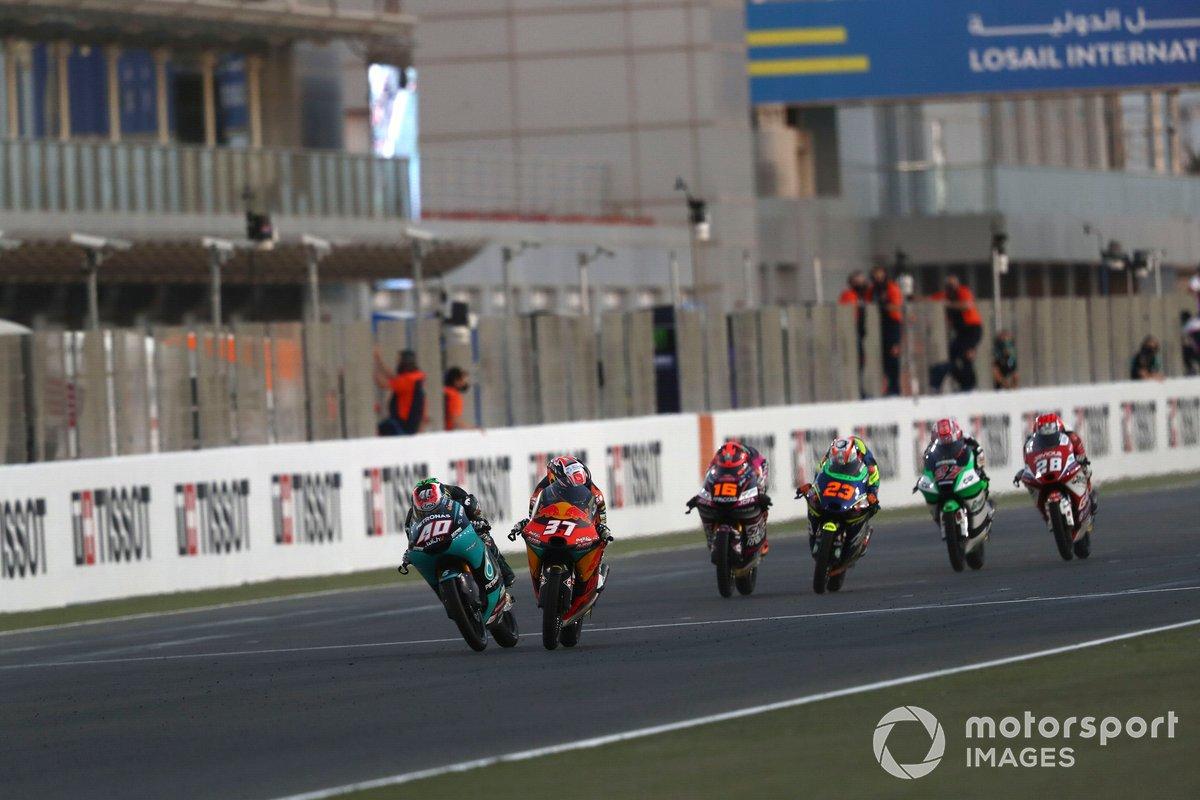 Ganador Pedro Acosta, Red Bull KTM Ajo cruza la meta