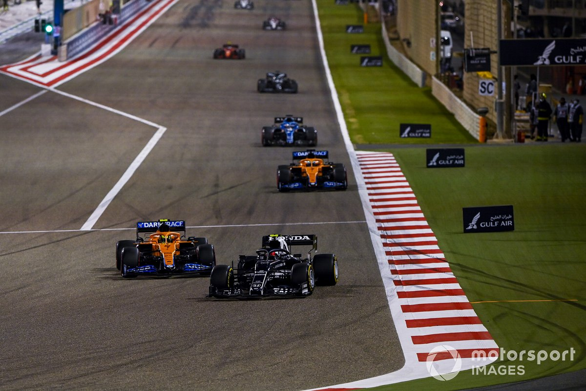 Pierre Gasly, AlphaTauri AT02, Lando Norris, McLaren MCL35M, Daniel Ricciardo, McLaren MCL35M, e Fernando Alonso, Alpine A521