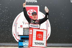 Le vainqueur John Hunter Nemechek, Kyle Busch Motorsports, Toyota Tundra Safeway