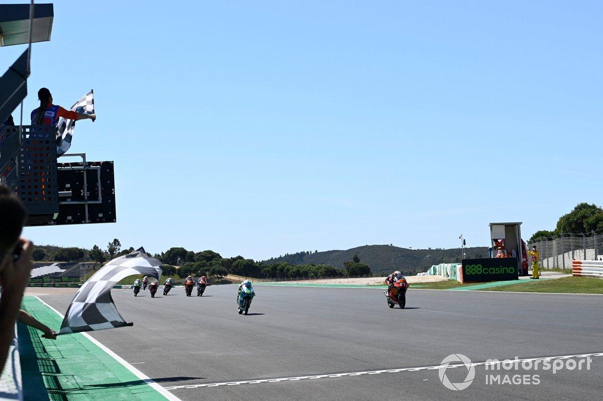 Pedro Acosta, Red Bull KTM Ajo cruza la línea de meta en Portimao