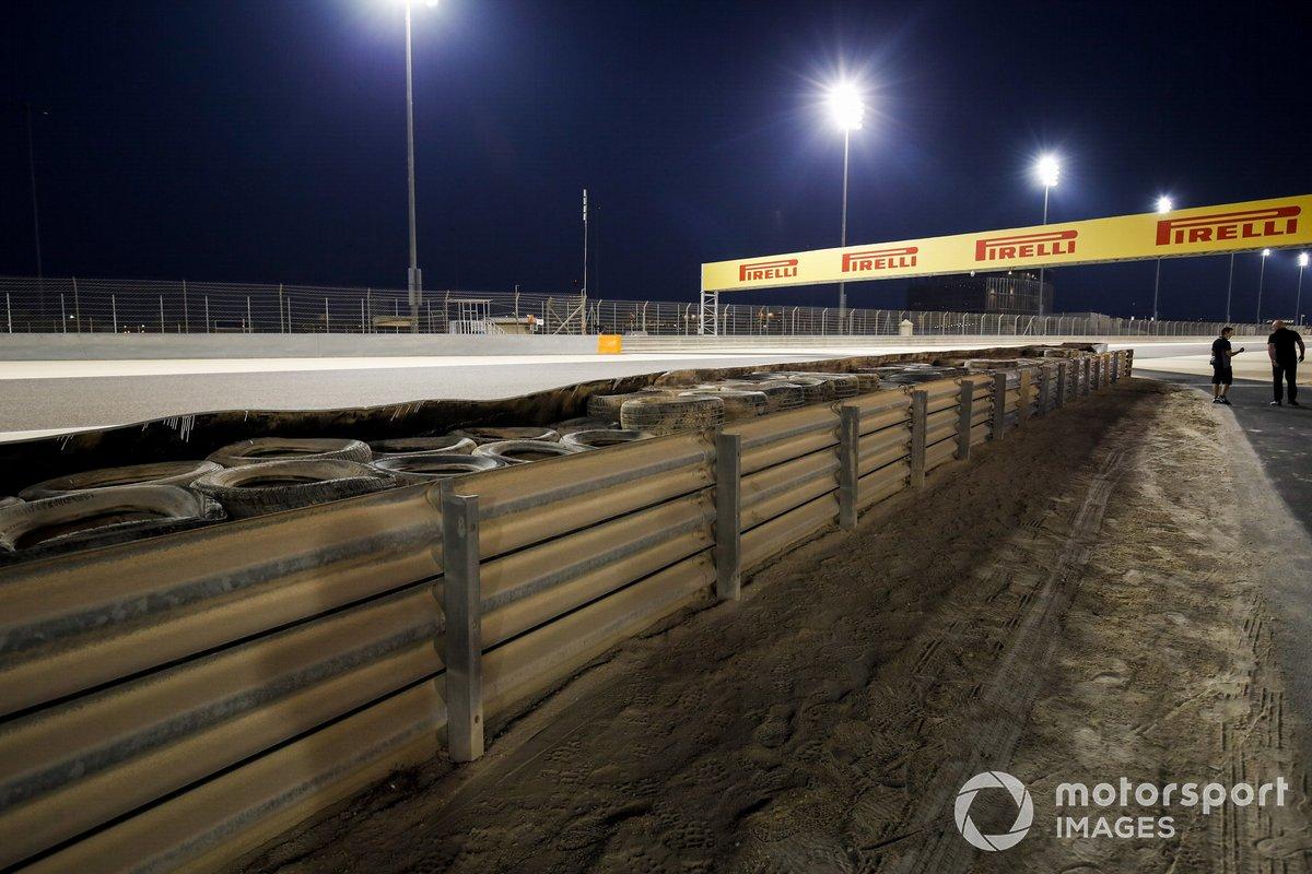 Barriera riparata dopo l'incidente di Romain Grosjean, Haas F1 del fine settimana precedente