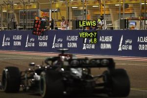 Lewis Hamilton, Mercedes W12, passeert de pitborden