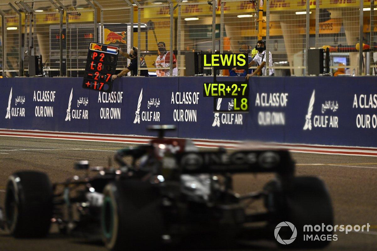 Pitboard esposta per Lewis Hamilton, Mercedes W12,