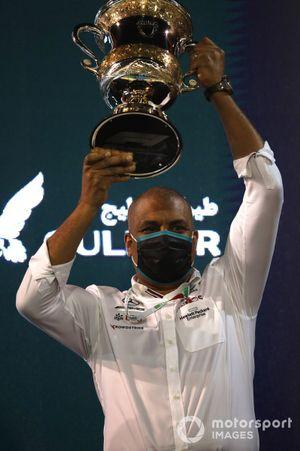 Mercedes teamlid op het podium met de trofee