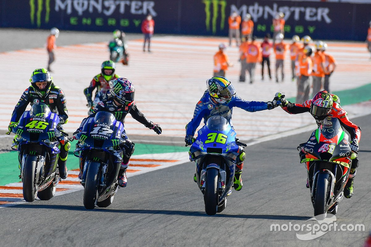 Joan Mir, Team Suzuki MotoGP siendo felicitado por Aleix Espargaro, Aprilia Racing Team Gresini, Maverick Vinales, Yamaha Factory Racing, Valentino Rossi, Yamaha Factory Racing