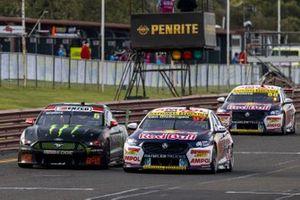 Шейн ван Гисберген, Triple Eight Race Engineering, обгоняет Кэма Уотерса, Tickford Ford, за лидерство в гонке