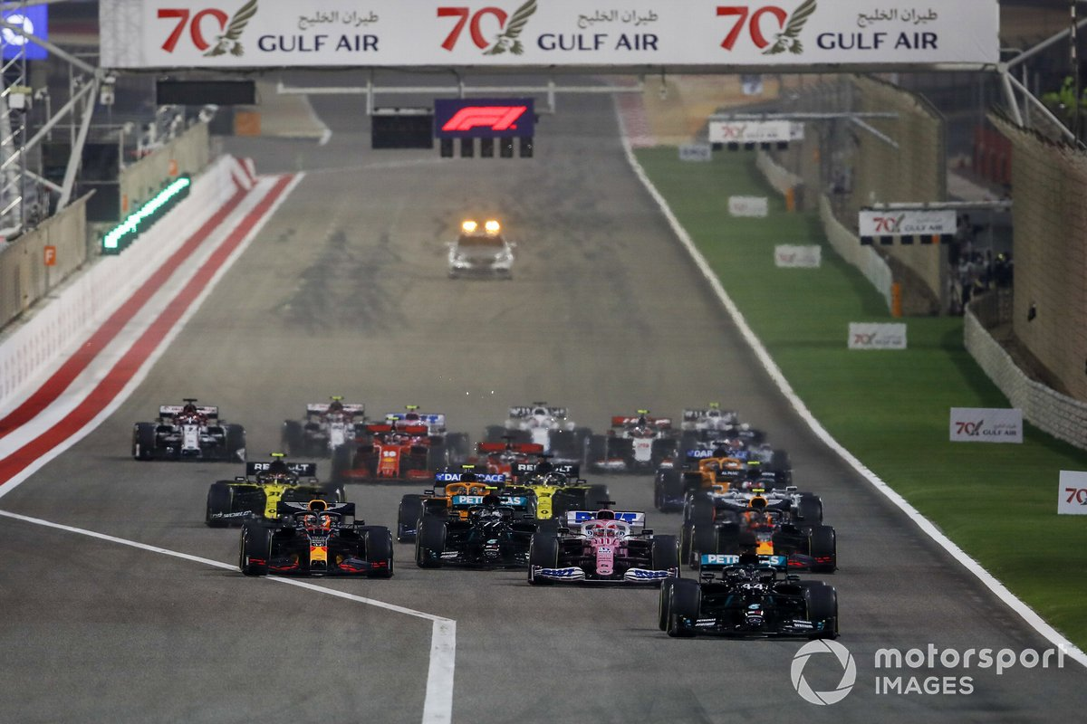 Lewis Hamilton, Mercedes F1 W11, Sergio Pérez, Racing Point RP20, Max Verstappen, Red Bull Racing RB16, Valtteri Bottas, Mercedes F1 W11 al inicio