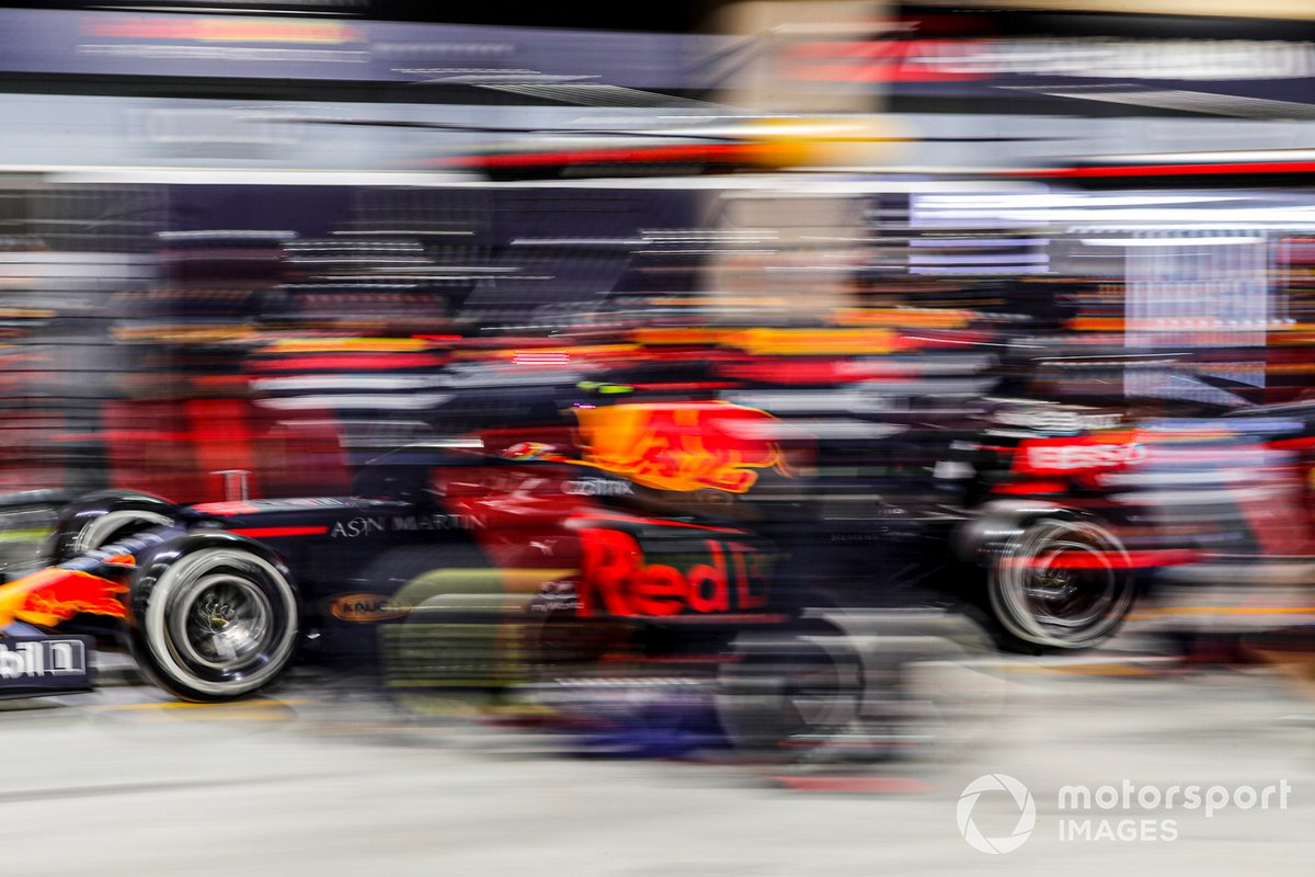 Alex Albon, Red Bull Racing RB16, hace un pitstop