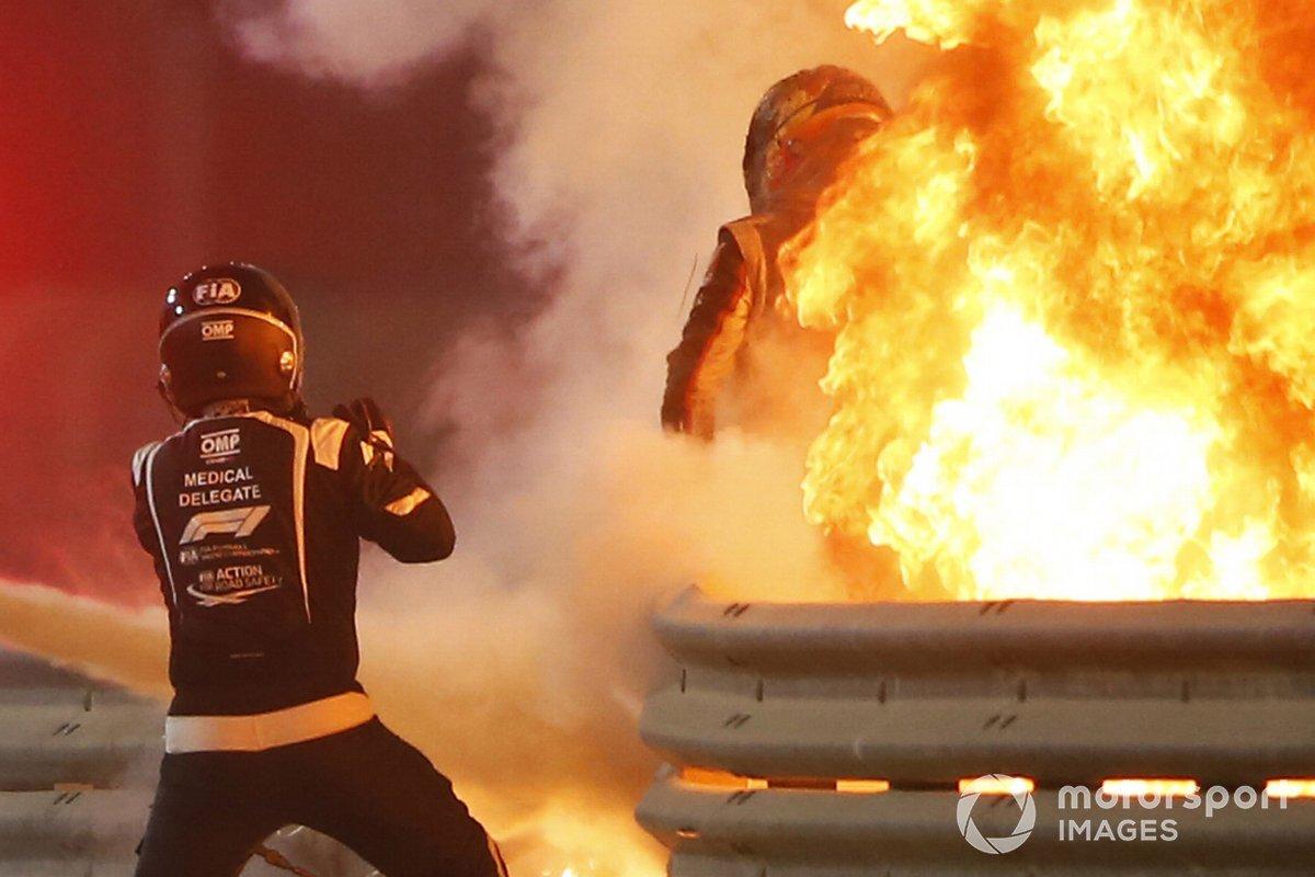 Un delgado médico saca a Romain Grosjean, Haas F1 del monoplaza en llamas