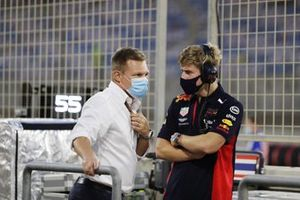 Juri Vips, Red Bull Racing, talks to Mika Salo on the grid