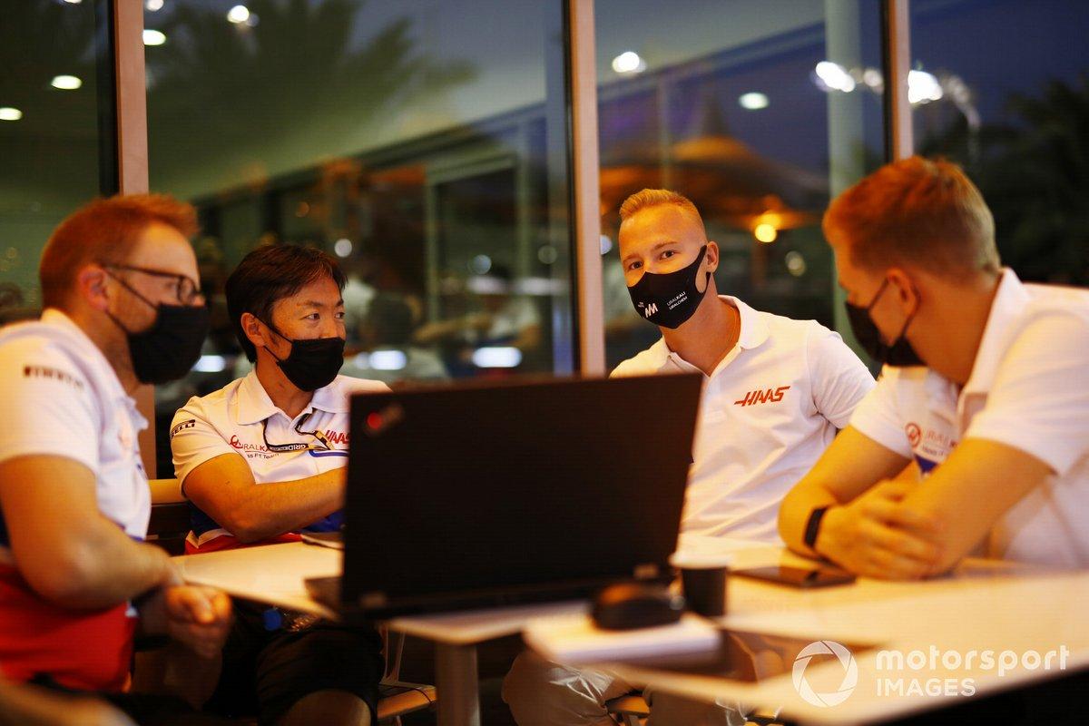 Никита Мазепин и Мик Шумахер с гоночным инженером Айао Комацу