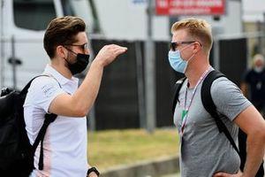 Nico Hulkenberg, reservecoureur van Aston Martin F1, praat met een lid van het McLaren-team