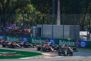 Valtteri Bottas, Mercedes W12, Max Verstappen, Red Bull Racing RB16B, Daniel Ricciardo, McLaren MCL35M, Lando Norris, McLaren MCL35M, Lewis Hamilton, Mercedes W12, Pierre Gasly, AlphaTauri AT02, en de rest van het veld in de openingsronde.