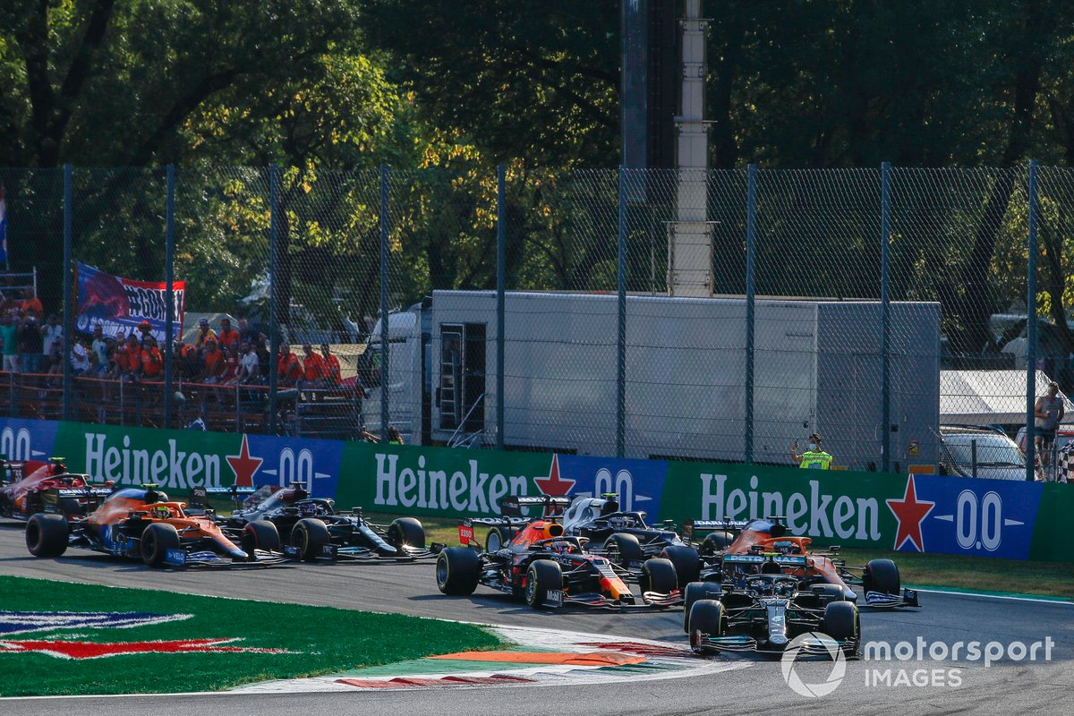 Valtteri Bottas, Mercedes W12, Max Verstappen, Red Bull Racing RB16B, Daniel Ricciardo, McLaren MCL35M, Lando Norris, McLaren MCL35M, Lewis Hamilton, Mercedes W12, Pierre Gasly, AlphaTauri AT02 al inicio