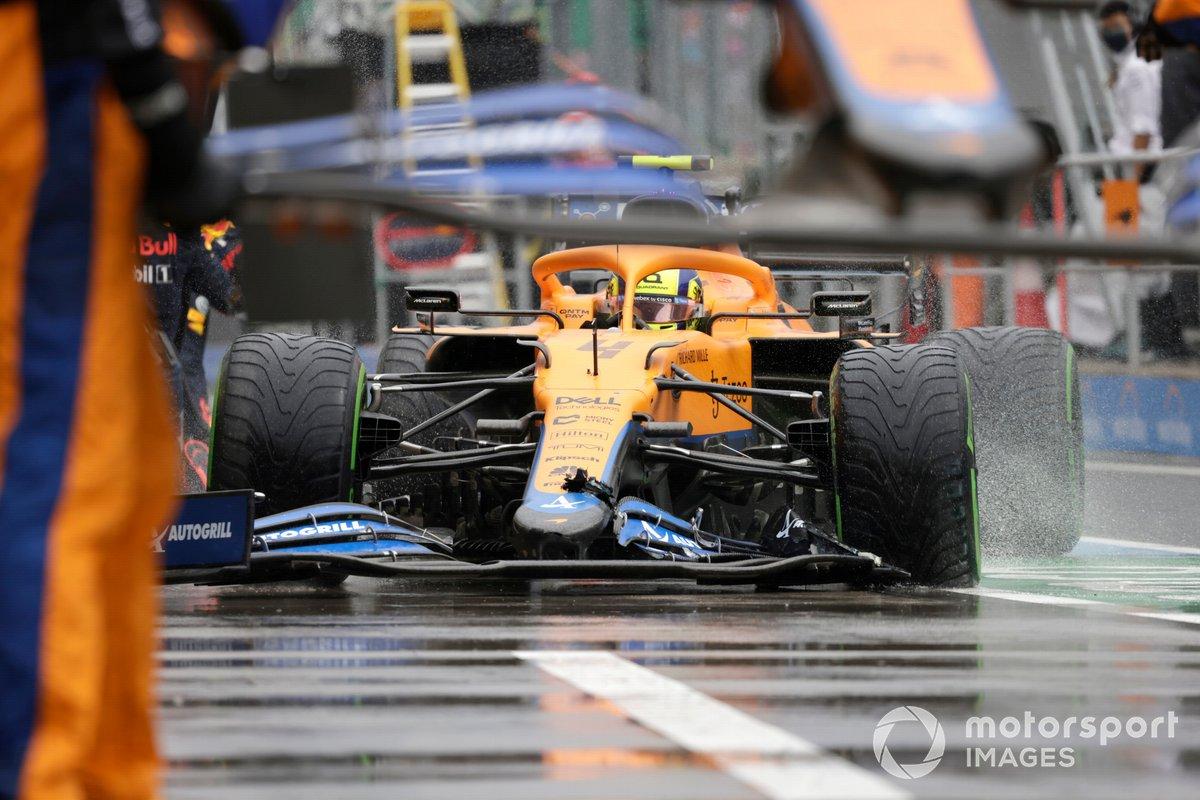 Lando Norris, McLaren MCL35M, en boxes con daños en el alerón delantero