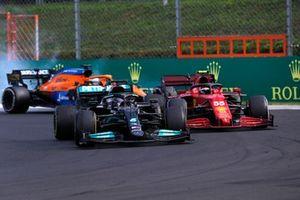 Lewis Hamilton, Mercedes W12, passe Carlos Sainz Jr., Ferrari SF21
