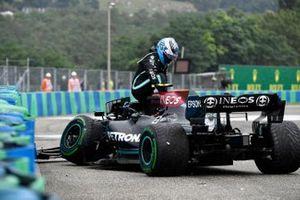 Valtteri Bottas, Mercedes W12, klimt uit zijn beschadigde auto na crash bij de start