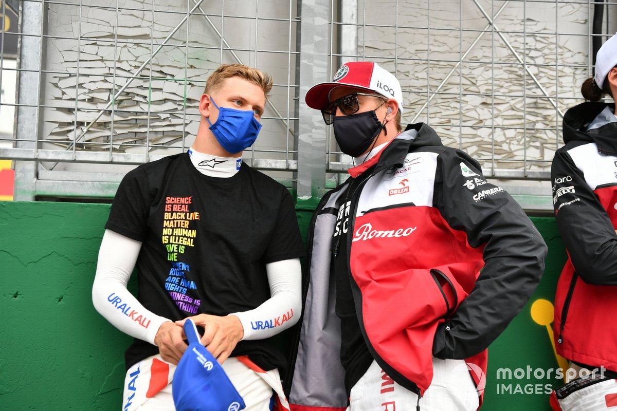 Mick Schumacher, Haas F1, y Kimi Raikkonen, Alfa Romeo Racing, en la parrilla