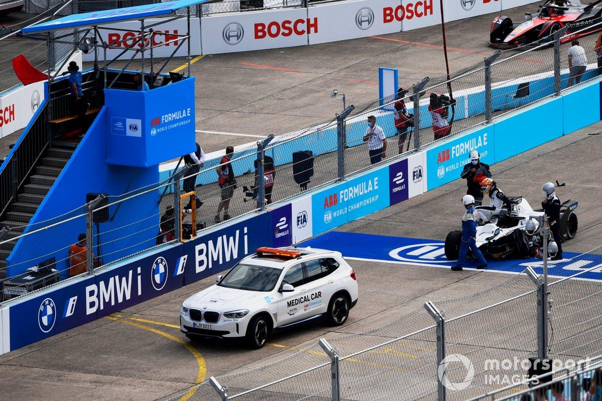 Los oficiales de pista asisten a Edoardo Mortara, Venturi Racing, Silver Arrow 02, tras un choque en la línea de salida con Mitch Evans, Jaguar Racing, Jaguar I-TYPE 5