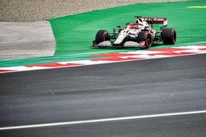 Kimi Raikkonen, Alfa Romeo Racing C41, runs wide