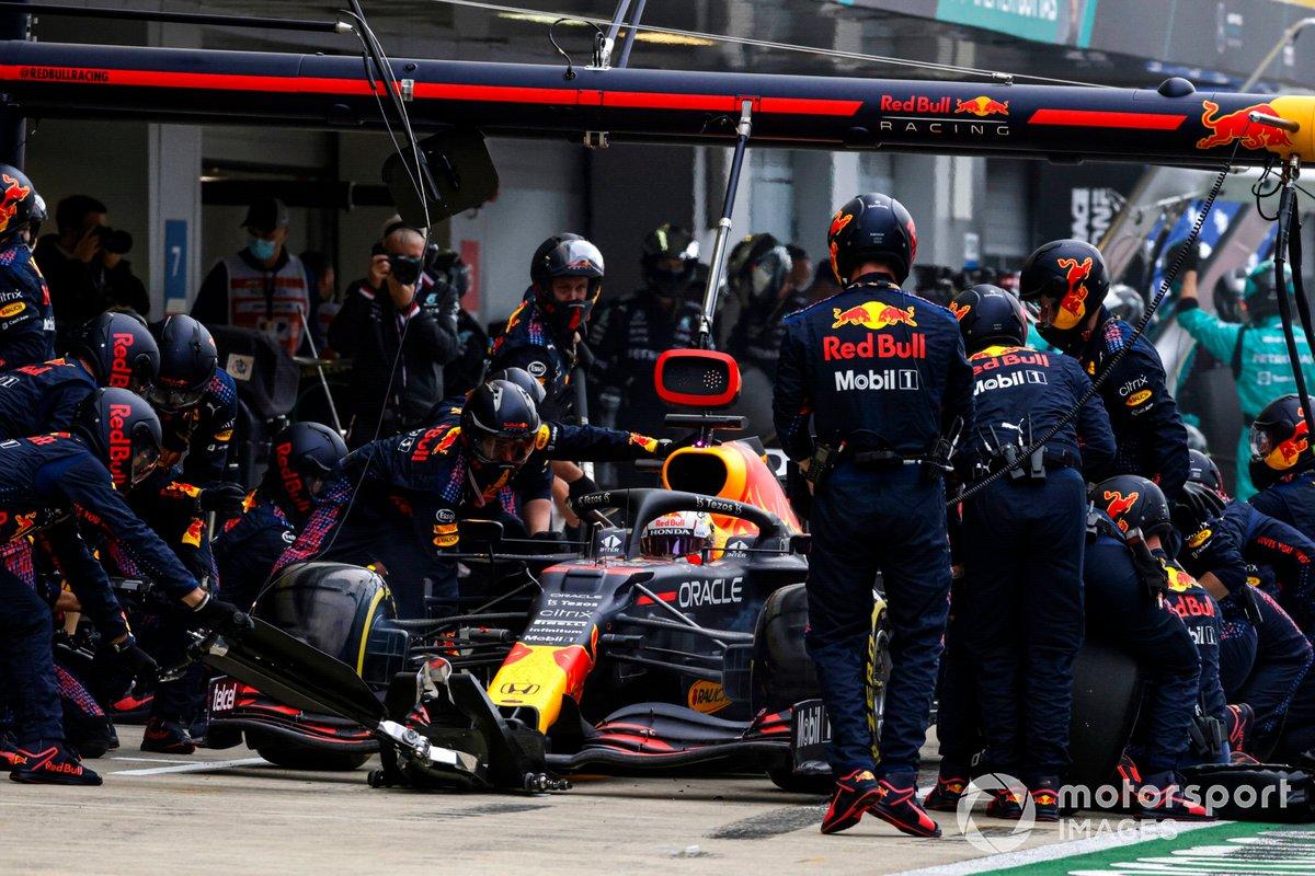 Max Verstappen, Red Bull Racing RB16B, ai box