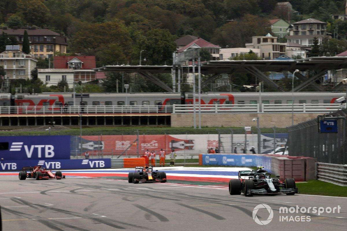 Sebastian Vettel, Aston Martin AMR21, Max Verstappen, Red Bull Racing RB16B, e Charles Leclerc, Ferrari SF21