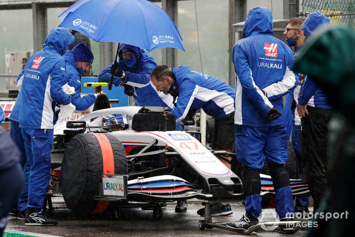 Mechanics in the pit lane with Mick Schumacher, Haas VF-21