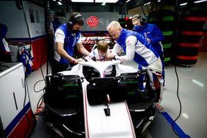 Nikita Mazepin, Haas F1, leidt een kind rond in de cockpit van zijn auto
