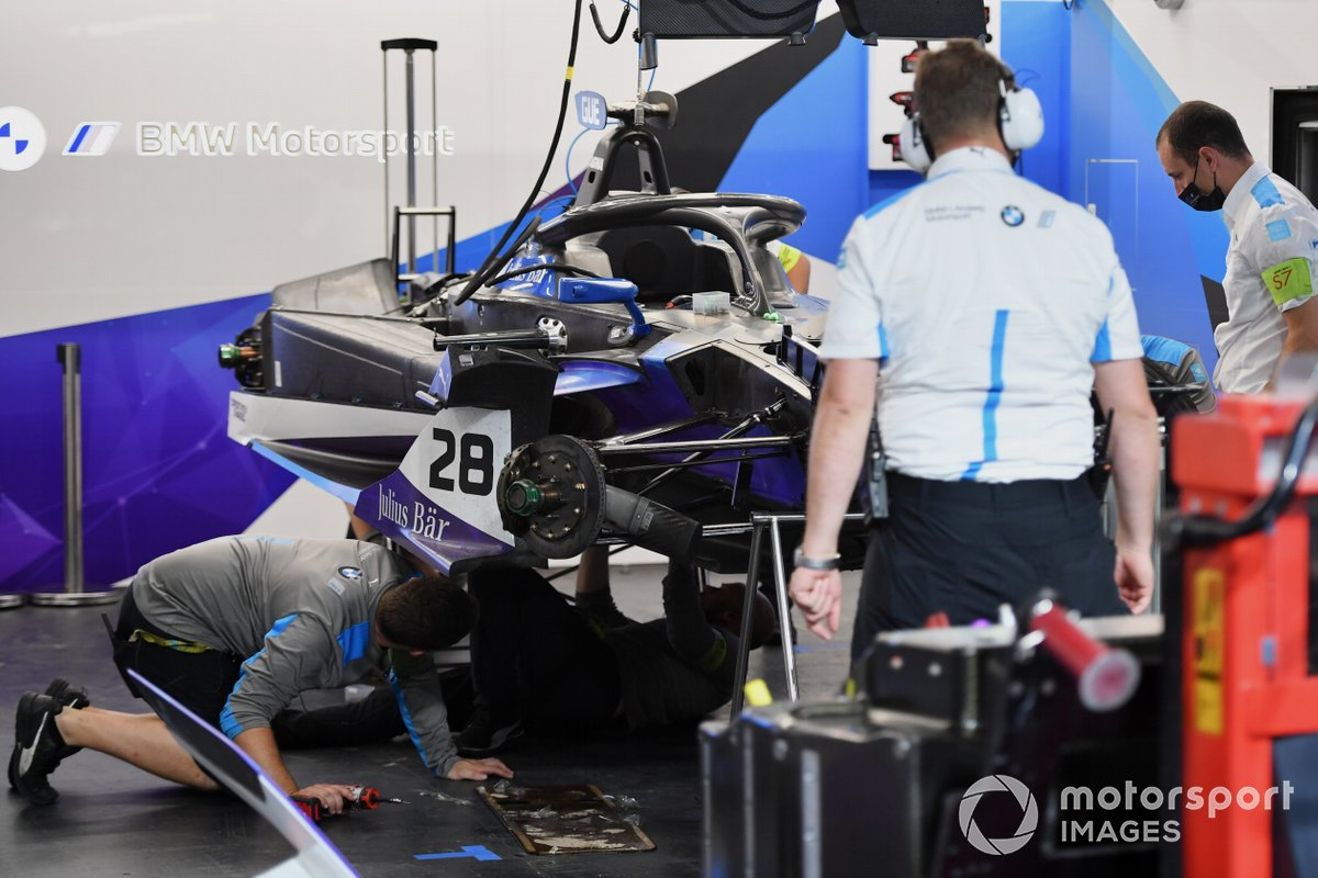 Mecánicos de BMW I Andretti Motorsport trabajando