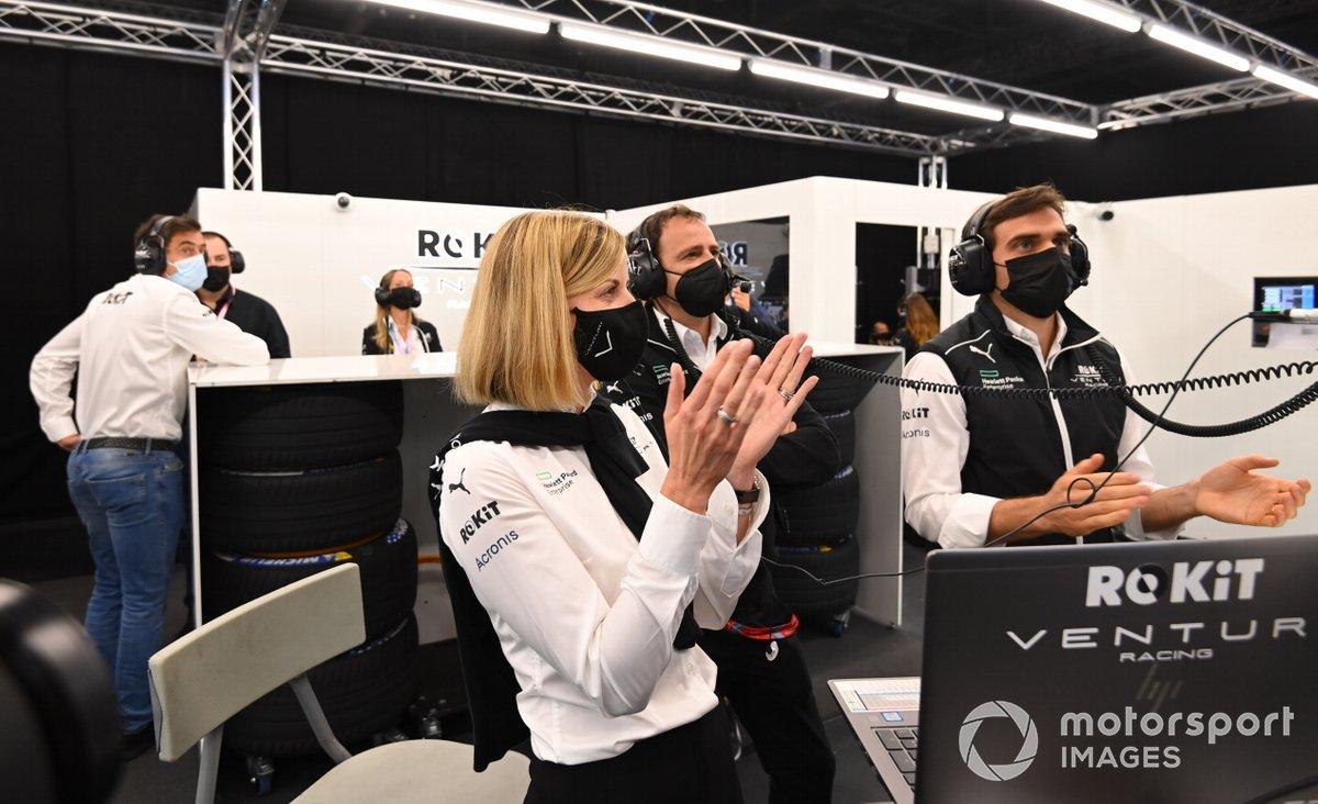 Susie Wolff, jefa de equipo de Venturi Racing, aplaude en el garaje