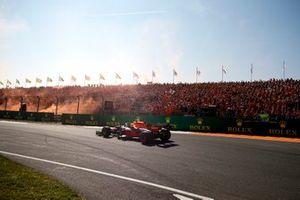 Racewinnaar Max Verstappen, Red Bull Racing RB16B zwaait naar zijn fans
