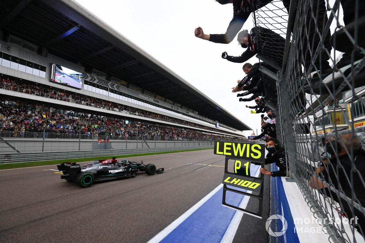 Lewis Hamilton, Mercedes W12, 1ª posición, se lleva la victoria para alegría de su equipo en el muro de boxes