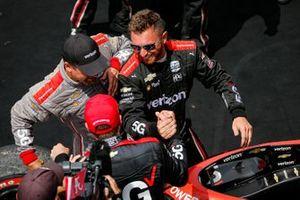 Ganador Will Power, Team Penske Chevrolet Big Machine Spiked Coolers Grand Prix, con miembros del equipo y Adam Jarus