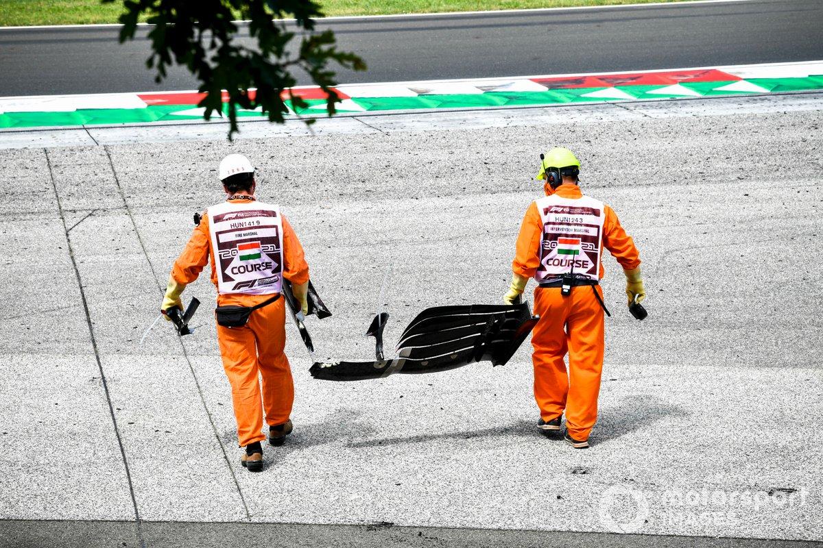 Los oficiales de pista retiran la carrocería del accidente de Mick Schumacher, Haas F1, en la FP3