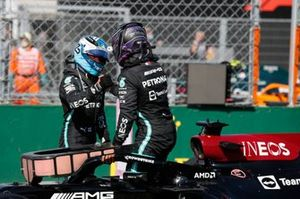 Valtteri Bottas, Mercedes, en pole man Lewis Hamilton, Mercedes, feliciteren elkaar in Parc Ferme