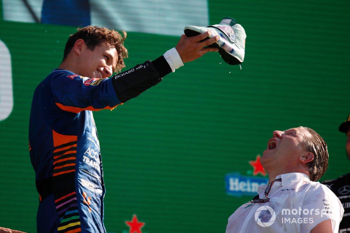 "Zak Brown, CEO, McLaren Racing, fa uno ""shoey"" sul podio"