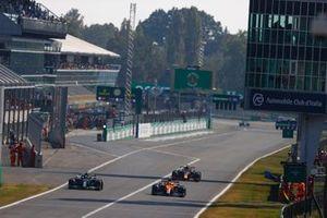 Lando Norris, McLaren MCL35M, Lewis Hamilton, Mercedes W12, e Max Verstappen, Red Bull Racing RB16B