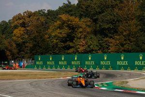 Lando Norris, McLaren MCL35M, Lewis Hamilton, Mercedes W12, en Charles Leclerc, Ferrari SF21