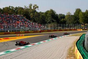 Lando Norris, McLaren MCL35M, Sergio Perez, Red Bull Racing RB16B, en Carlos Sainz Jr., Ferrari SF21