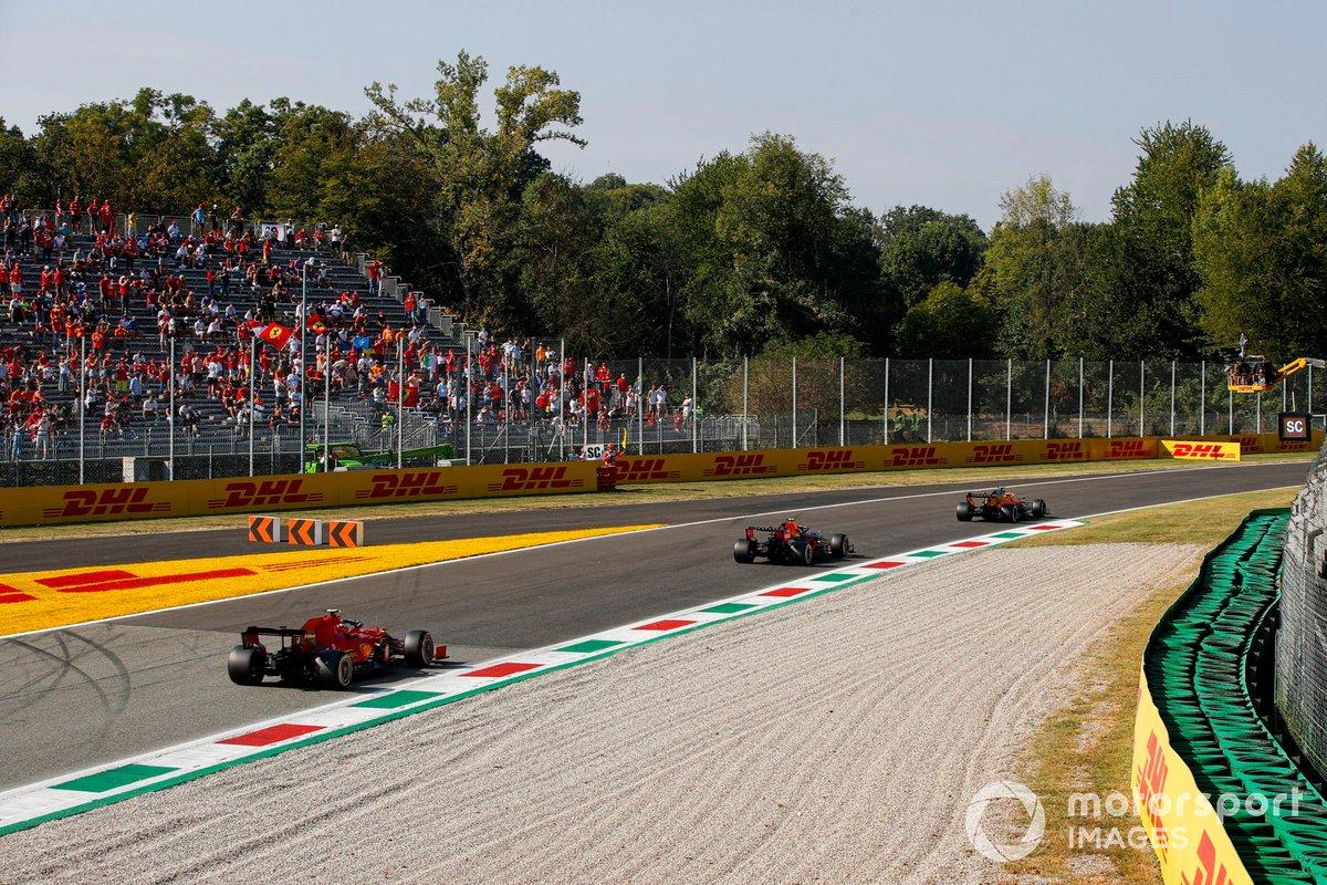 Lando Norris, McLaren MCL35M, Sergio Pérez, Red Bull Racing RB16B, Carlos Sainz Jr., Ferrari SF21