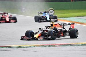 Sergio Perez, Red Bull Racing RB16B, Fernando Alonso, Alpine A521, and Charles Leclerc, Ferrari SF21