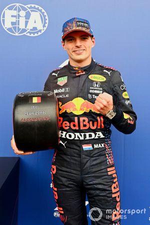 Max Verstappen, Red Bull Racing, con il premio Pirelli Pole Position