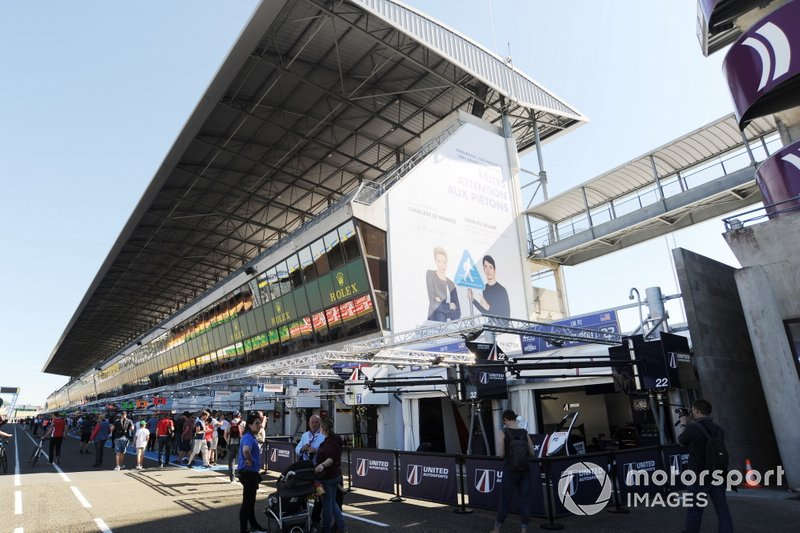 The United Autosports Team in the new extended pitlane