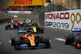 Carlos Sainz Jr., McLaren MCL34, Nico Hulkenberg, Renault R.S. 19, y Romain Grosjean, Haas F1 Team VF-19