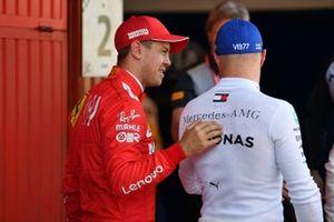 Sebastian Vettel, Ferrari, parle avec le poleman Valtteri Bottas, Mercedes AMG F1