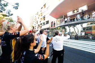 El equipo de DS TECHEETAH celebra la victoria bajo el podio