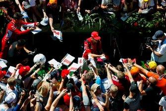 Sebastian Vettel, Ferrari, signant un autographe à des fans