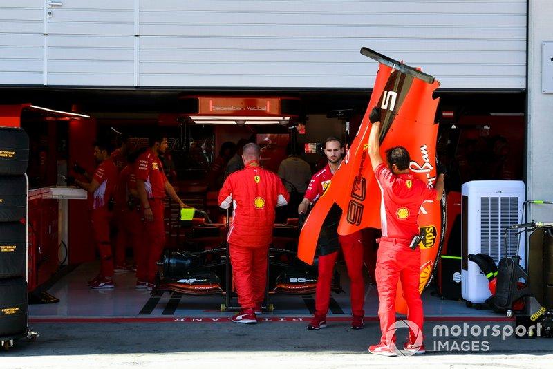 Il team Ferrari fa le valigie dopo un problema tecnico con l'auto di Sebastian Vettel, Ferrari SF90