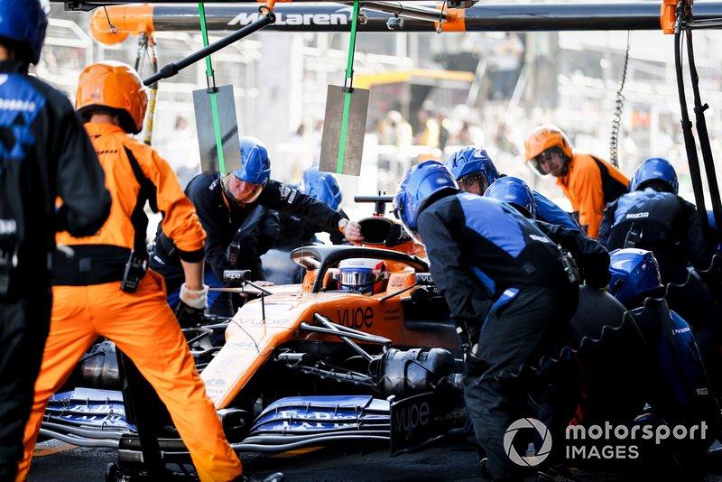 Carlos Sainz Jr., McLaren MCL34, en pits
