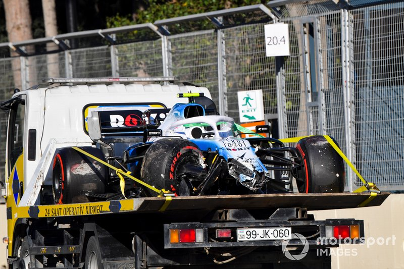 La monoposto incidentata di Robert Kubica, Williams FW42 sul retro di un camion